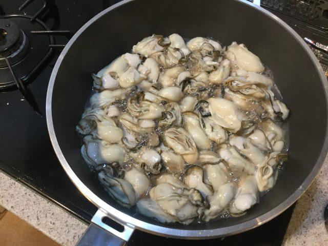牡蠣を中火で加熱