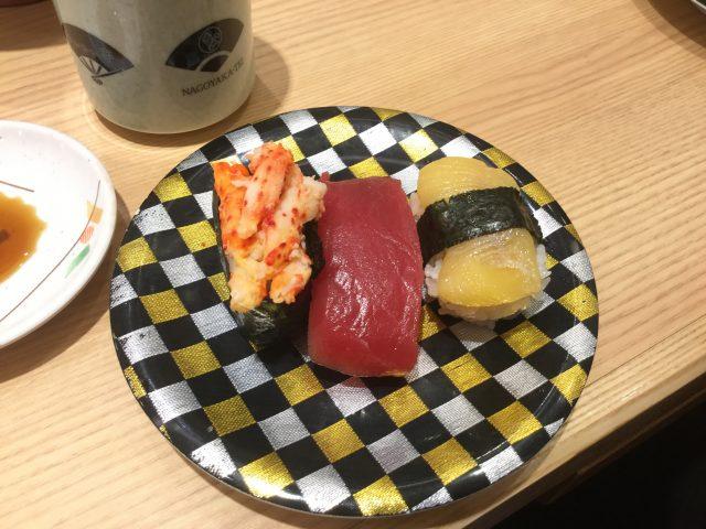 カズノコ、マグロ、カニの3種盛りのお寿司